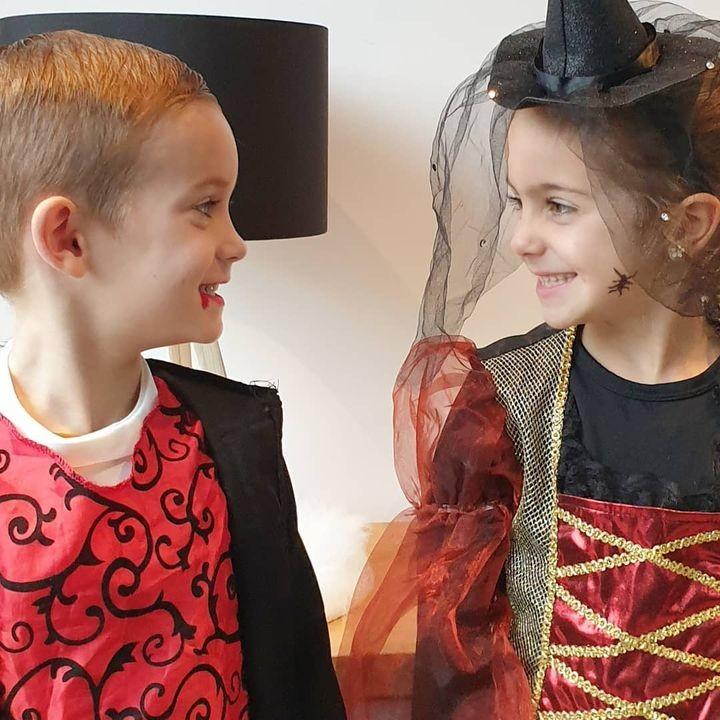 Halloween op school 👻 . Vandaag dus geen HUPSA-outfit, maar wel de schattigste heks en dracula