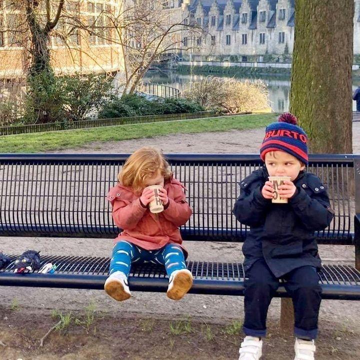 Zijn ze niet om op te eten? 😍 Nichtje en neefje allebei in een jasje