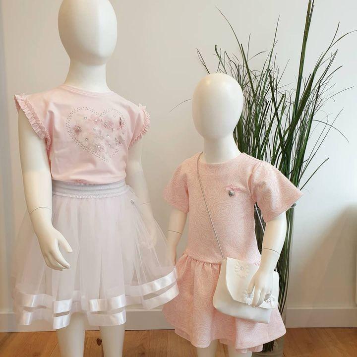 Pretty in pink 🎀 . Nieuw van @lechickidsfashion! Niet alleen leuk voor een communie of lentefeest,