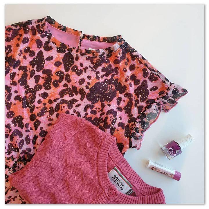 Spice up your weekend! ☀️ Deze fleurige outfit past perfect bij het zonnige weer 🤩 En